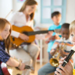 """<span class=""""title"""">Почему полезно обучать музыке ребенка как можно раньше?</span>"""