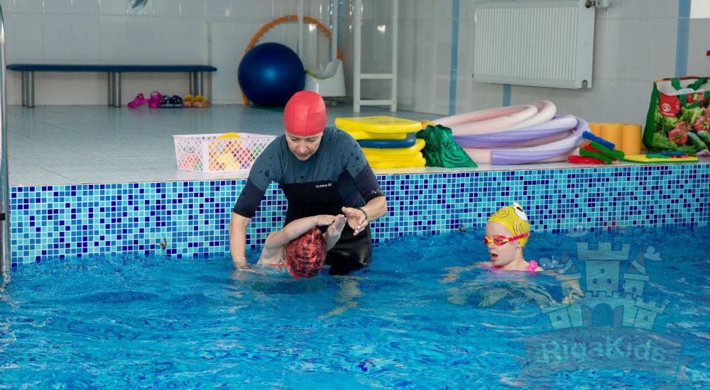 Занятия в бассейне детского сада