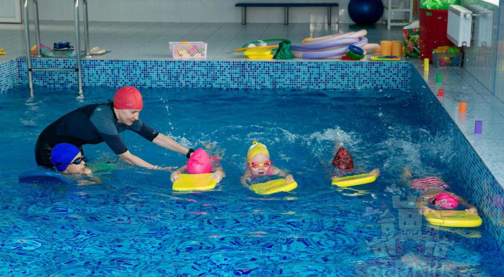 Детки занимаются в бассейне