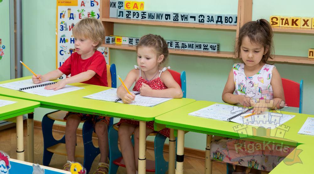 Дети учатся в билингвальном детском саду