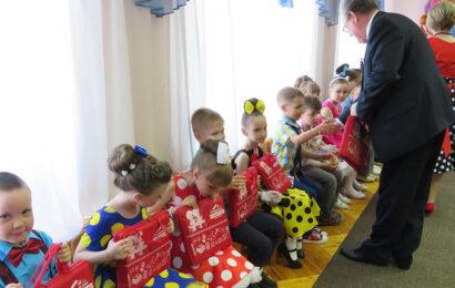 Детям дарят подарки в детском саду