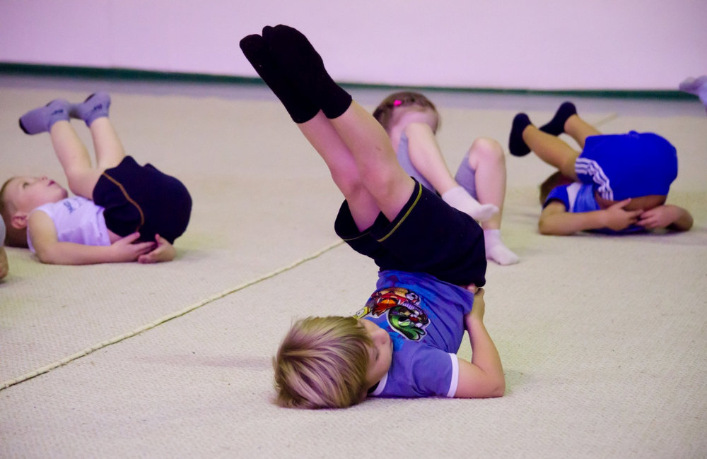 Дети занимаются акробатикой