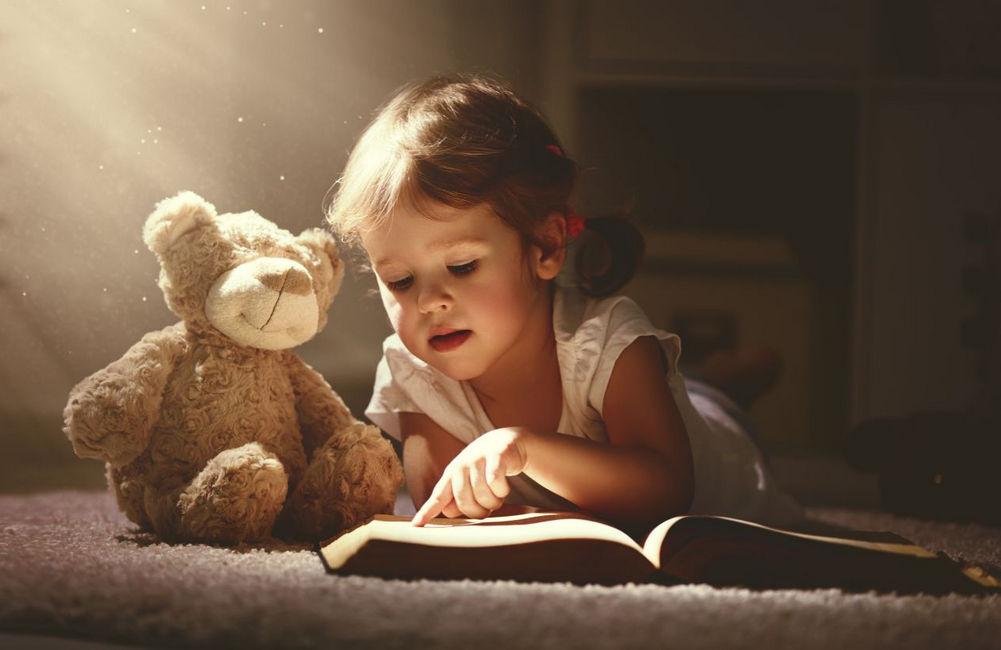 Читает книгу ребенок