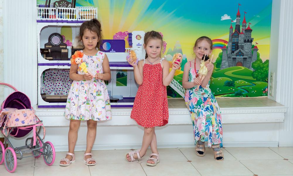 Девочки в детском саду в сандалях