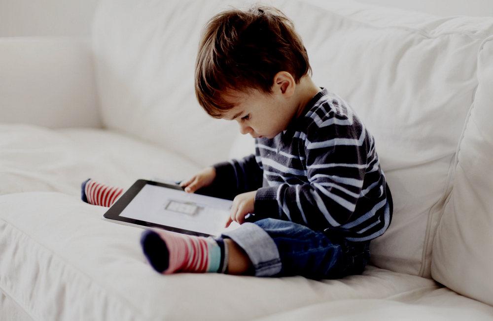Ребенок в планшете