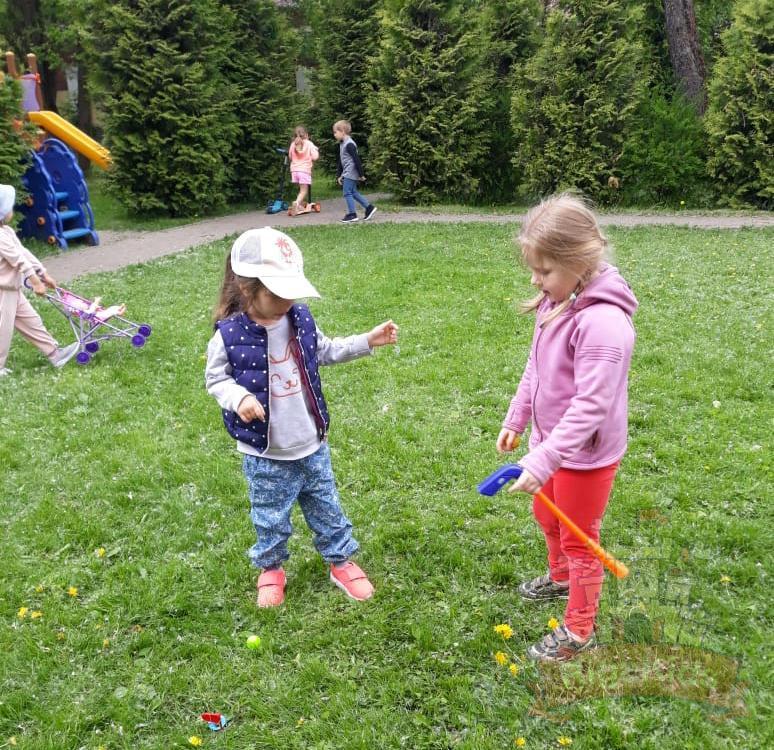 Дети играют в гольф