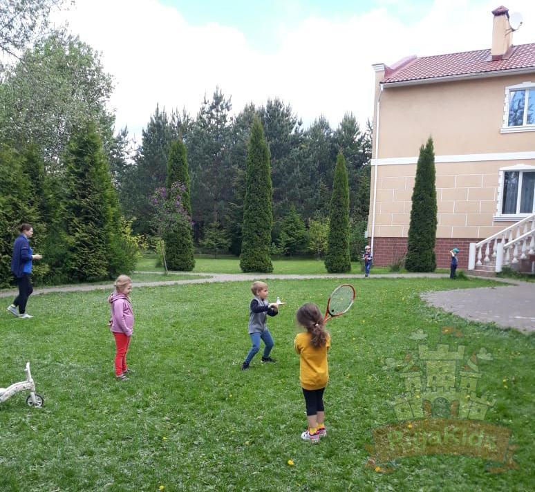 Гуляют дети