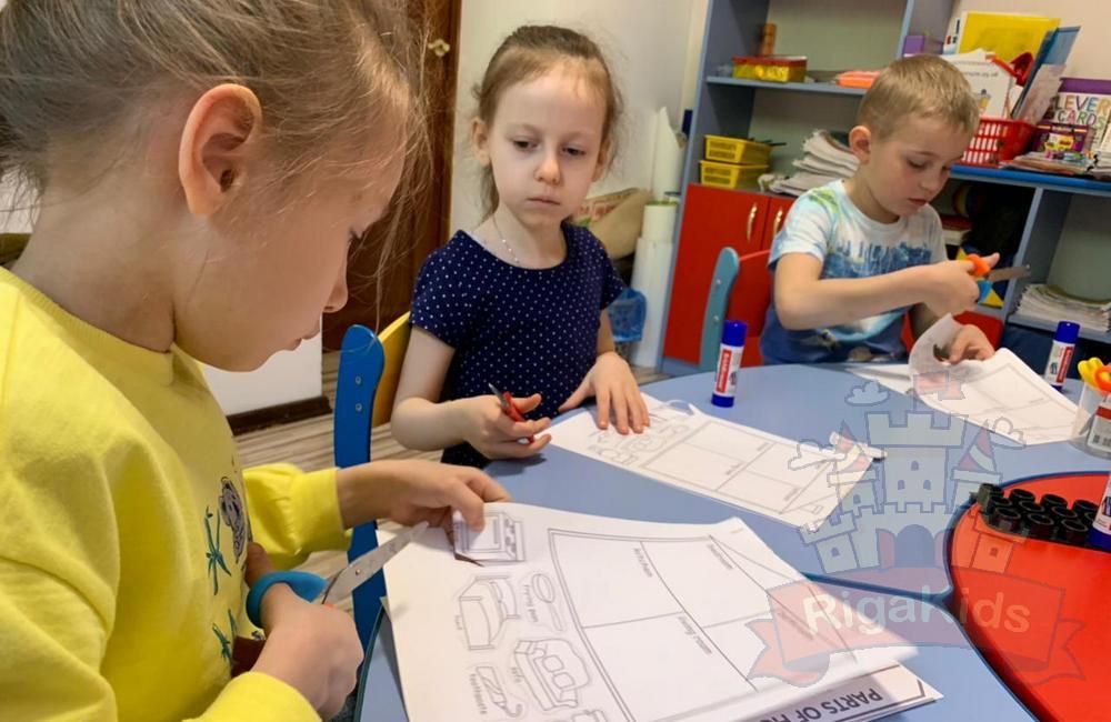 Дети на дополнительных занятиях