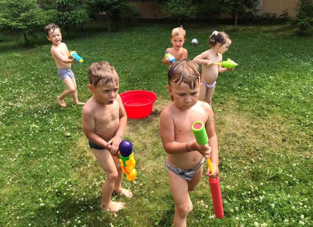 Дети играют в водные игры в Рига Кидс, фото