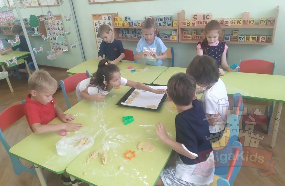 Всей группой готовим печенье