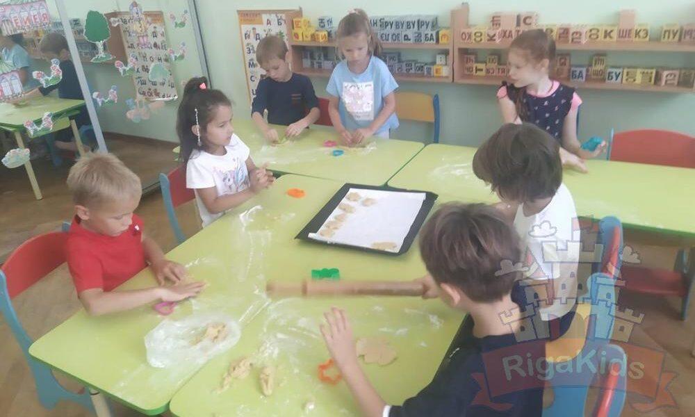 Дети лепят печенье