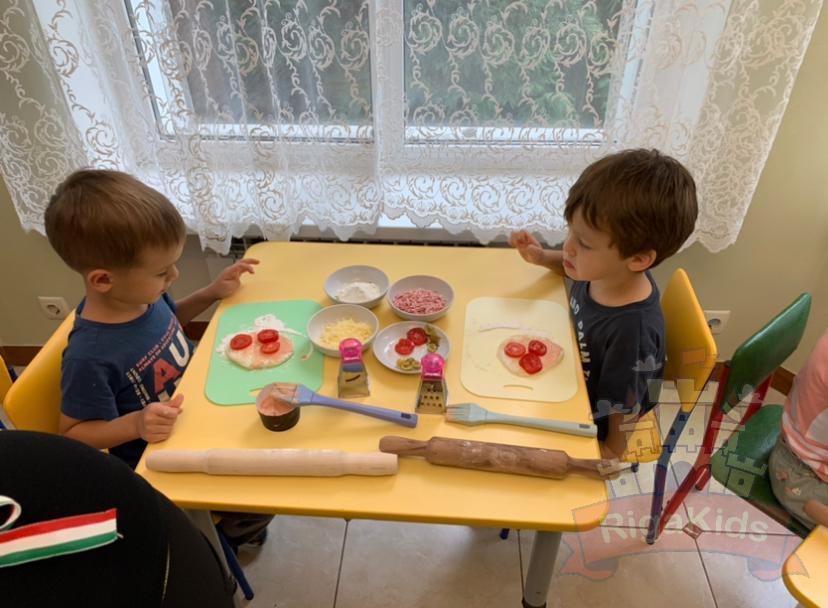 Дети делают пиццу