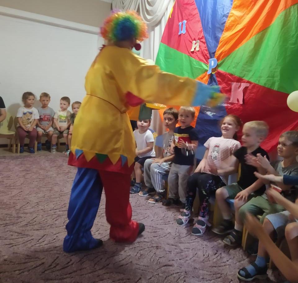 Клоун общается с детьми