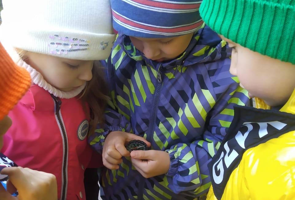 Дети ориентируются по компасу, фото