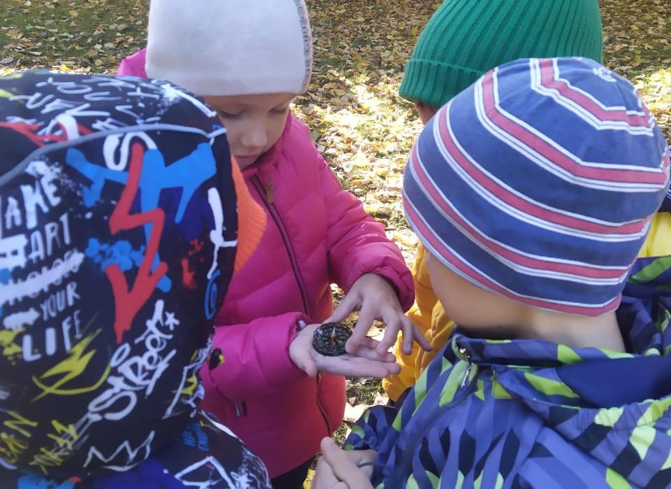 Дети смотрят компас, фото