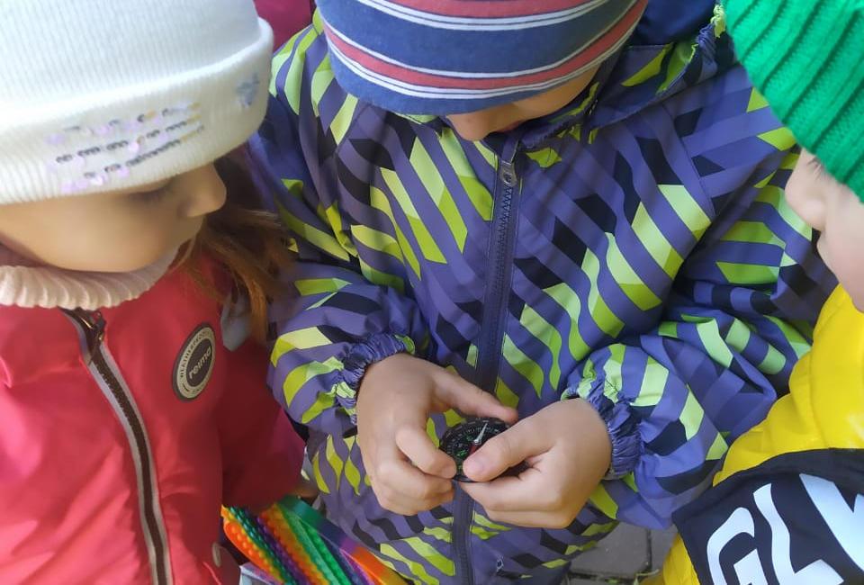 Дети и компас, фото